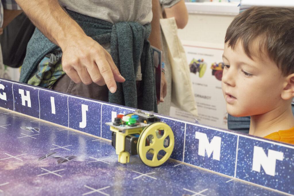 Il team Hi-Storia per la prima volta al Maker Faire di Barcellona.  Una due giorni di confronto con giovani maker, alla scoperta della città del futuro! Le parole chiave sono sostenibilità, connessione e efficienza.  A voi il nostro racconto!